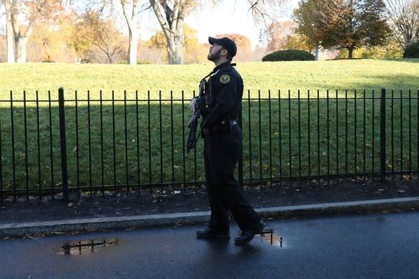 Un agente del servicio secreto mira el cielo en las afueras de la Casa Blanca (Reuters)