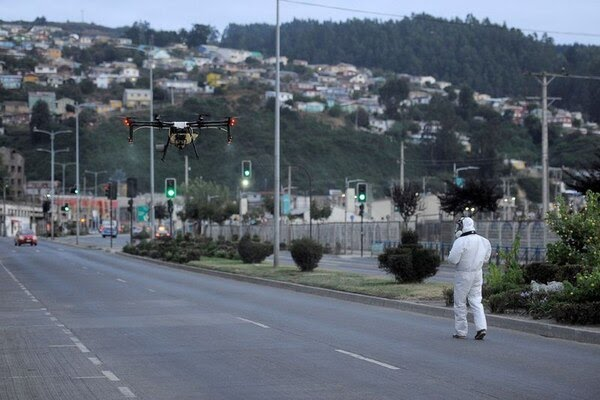 Un trabajador usa un dron para liberar desinfectante en una calle en Talcahuano, Chile. Marzo 21, 2020. REUTERS/Jose Luis Saavedra