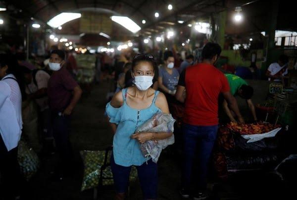 Personas compran en un mercado de Lima, Perú, 21 de marzo del 2020. REUTERS