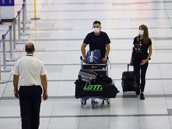 Dos pasajeros en el Aeropuerto Internacional Ministro Pistarini Ezeiza en Buenos Aires Argentina REUTERSMatias Baglietto