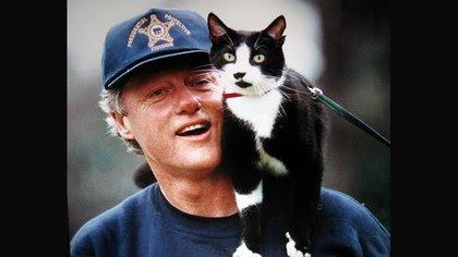 El ex presidente Bill Clinton con Socks en su hombro