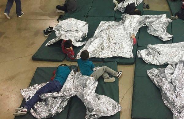 En esta fotografía proporcionada por la Oficina de Aduanas y Protección Fronteriza de Estados Unidos, personas que han sido detenidas por intentar entrar al país sin autorización, descansan en una de las jaulas en el centro de McAllen, Texas, el domingo 17 de junio de 2018. (U.S. Customs and Border Protection's Rio Grande Valley Sector vía AP)