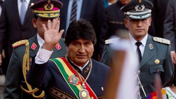 Evo Morales no pudo lucir la band apresidencial ni la medalla en el acto oficial de este miércoles (AP)