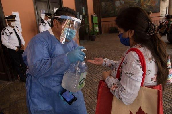 En la entrada principal del Palacio Municipal de Mérida se instalaron filtros para evitar que el contagio por coronavirus se intensifique en la entidad. FOTO: MARTÍN ZETINA /CUARTOSCURO (Archivo)