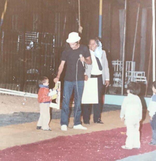 Miguel pasó al escenario con su abuelo Ramón Valdés (@RamnValdsCasti1)