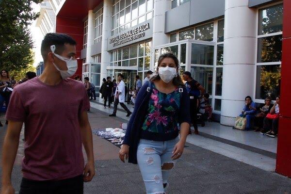 Dos personas con barbijos en Chile REUTERSSebastian Martinez