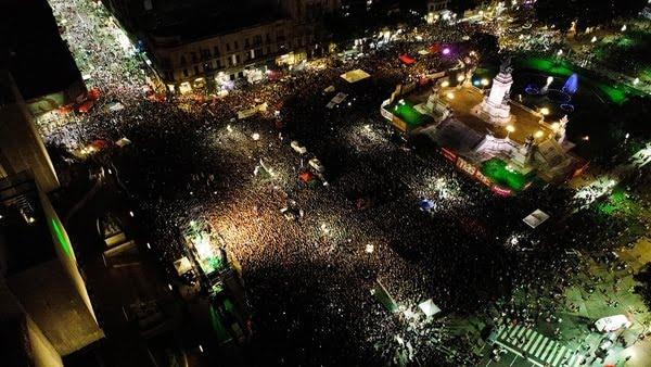 Una multitud de mujeres colmó la plaza frente al Congreso de la Nación (Thomas Khazki)