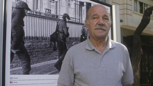El fallecido Héctor Bonzo, capitán del ARA General Belgrano, en la muestra de Malvinas organizada por la Editorial TAEDA. Foto: Fernando Calzada.