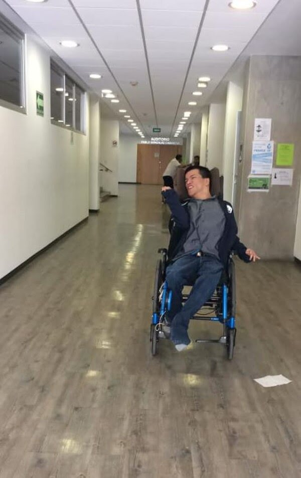 Matías Santiago Alaníz nació con encefalopatía atetoide, es decir, una parálisis cerebral que le impide a su cerebro controlar sus movimientos (Foto: Facebook)