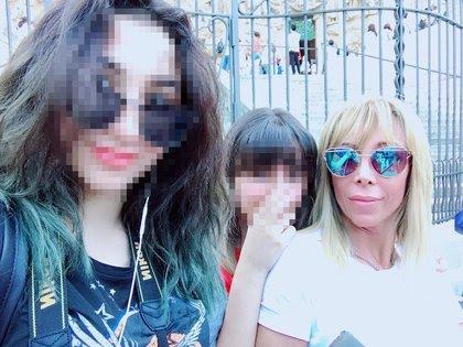 Ana Patricelli con sus dos hijas (Foto: Facebook)