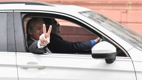 El mandatario electo realiza con su mano el símbolo de la V de la victoria. (Adrián Escandar)