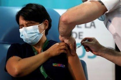 Daniela Zapata, de 42 años, recibe la vacuna rusa Sputnik V contra el coronavirus en el hospital Dr. Pedro Fiorito en Avellaneda, en la provincia de Buenos Aires, Argentina. 29 dic, 2020. REUTERS/Agustin Marcarian