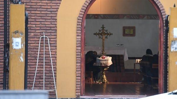 Christian, la pareja de la agente de tránsito que falleció en un siniestro vial, en la capilla del barrio Charrúa de Pompeya