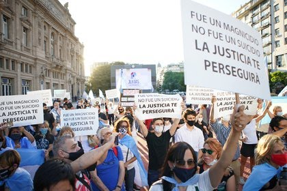 Las manifestantes redoblaron el pedido de justicia por la muerte de Nisman (foto Franco Fafasuli)