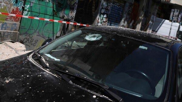 Una de las imágenes de los daños que sufrió un automóvil a causa del desplome de mampostería
