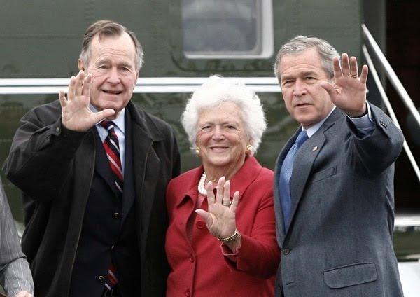 Barbara con su esposo y su hijo George W. (REUTERS)